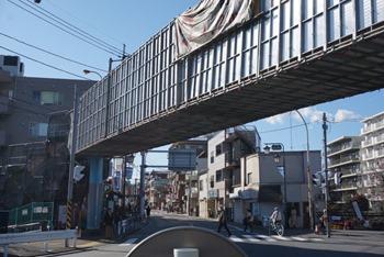 久地駅近くの久地歩道橋の塗装工事中、久本神社前など7カ所の白線が引き直されました