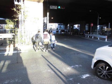 坂戸交差点の横断歩道の白線の引直しと久地歩道橋の塗装工事が終わりました