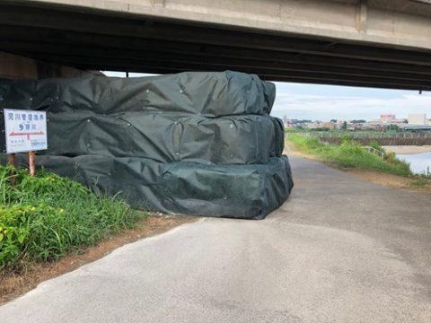 平瀬川の越水した東久地橋桁下に大型土嚢が設置される