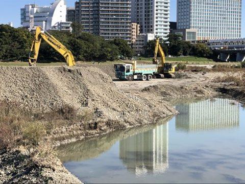 国が多摩川の浚渫! 二子排水樋門前の堆積土砂の撤去工事